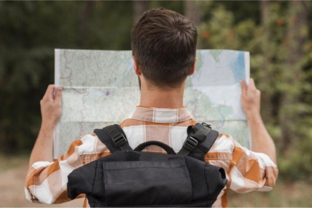 Homem observa mapa: saiba quais são os países que não permitem obter a dupla nacionalidade