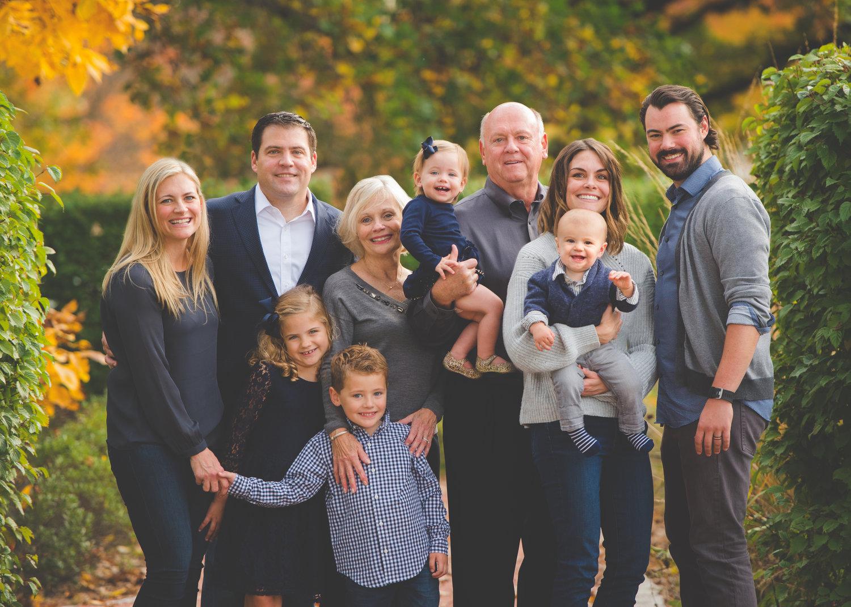 Família unida com várias gerações; Family Search, a maior árvore familiar do mundo