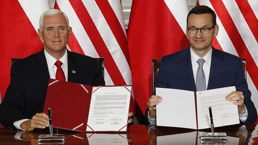 Políticos durante acordo entre EUA e Polônia