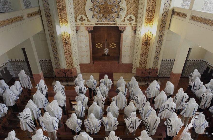 Judeus rezam em uma sinagoga; judeus sefaraditas: conheça a sua origem!