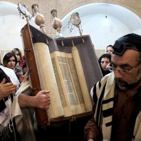 Sefaraditas em uma sinagoga seguram o Sefer Torá; judeus sefaraditas: conheça a sua origem!