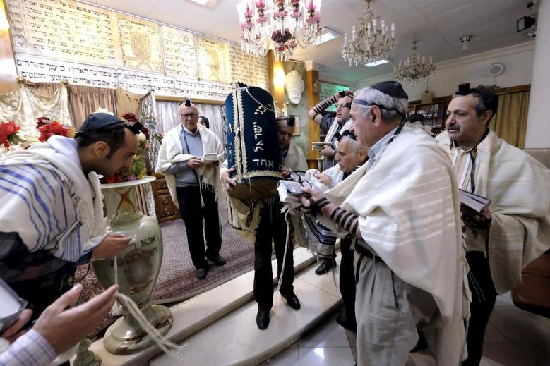 Sefarditas rezam em uma sinagoga: Docmundo ajuda a provar sua origem sefaradita