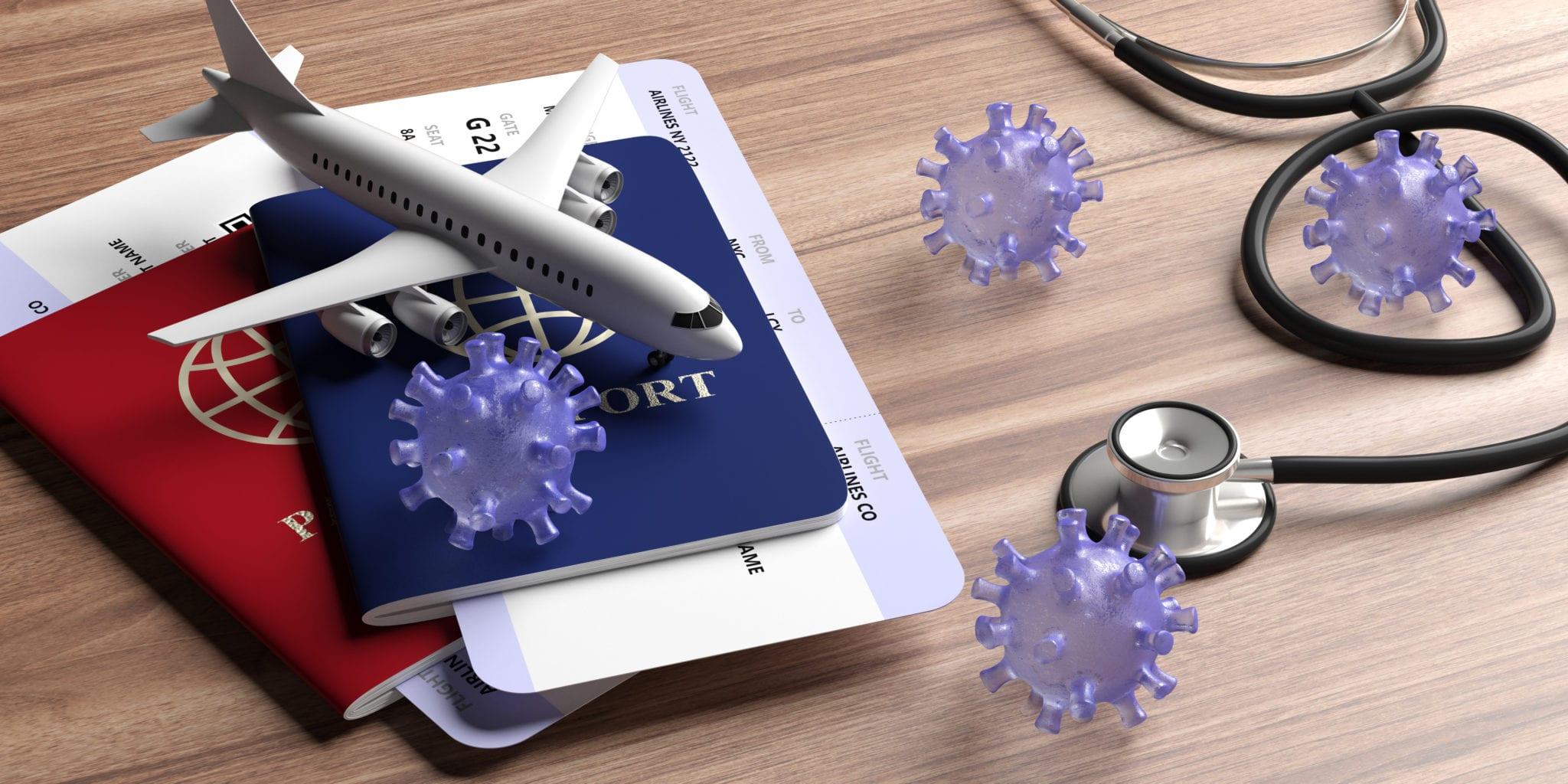 Mini avião em cima de documentos: seguro de viagem internacional é obrigatório!