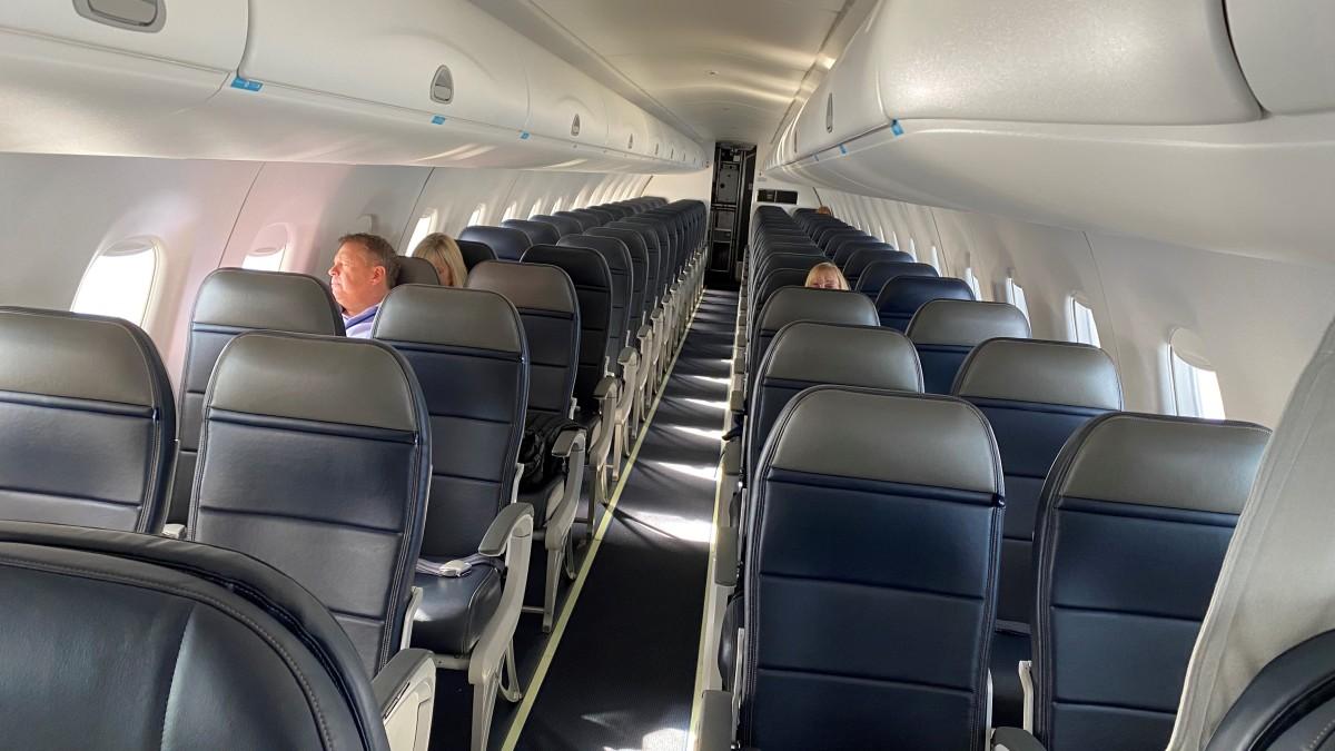 Poucos passageiros são vistos dentro de avião; pandemia adia projetos no exterior: como proceder?