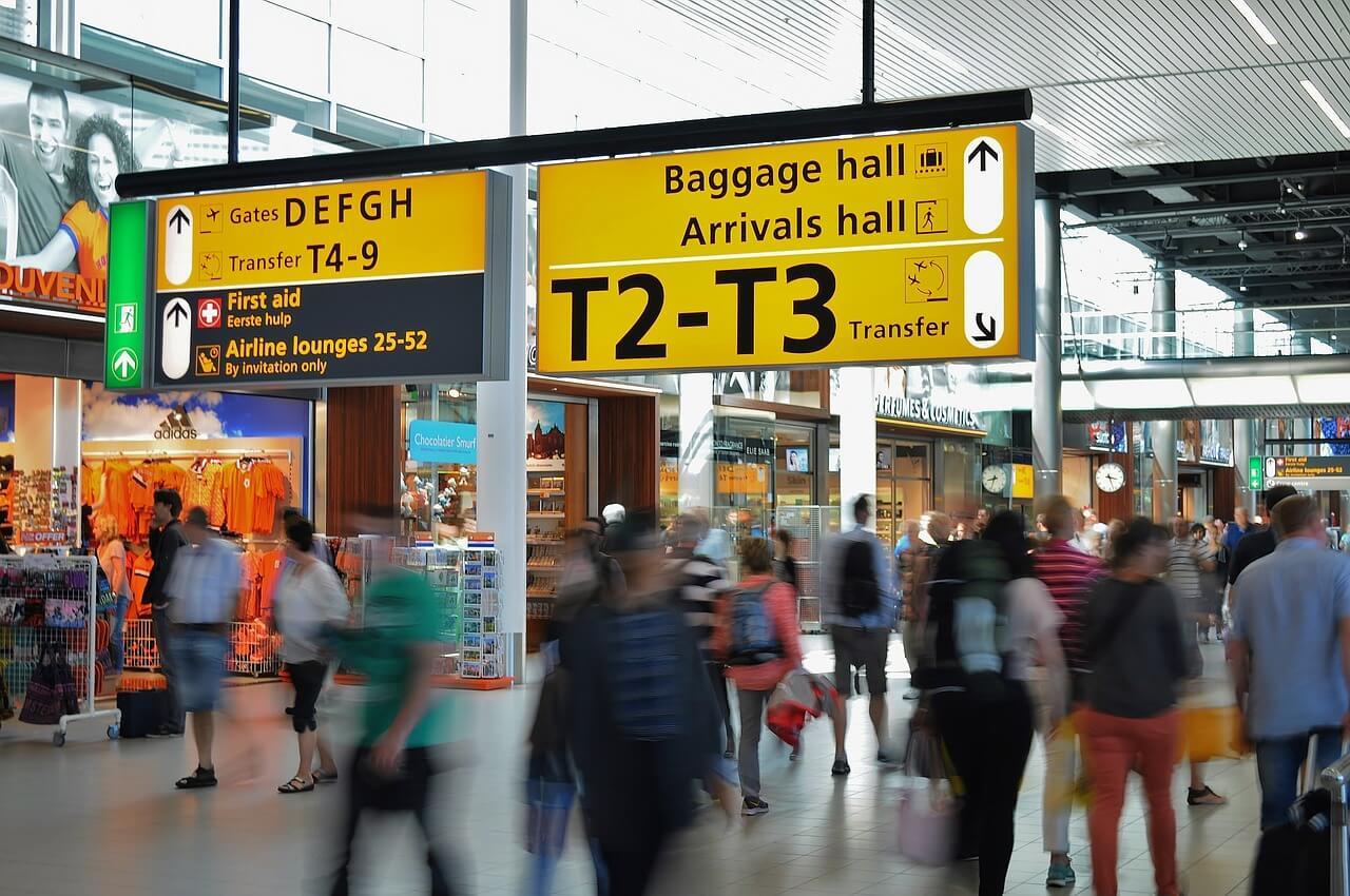 Pessoas e placas são vistas em aeroporto: o que é preciso levar ao viajar ao exterior?