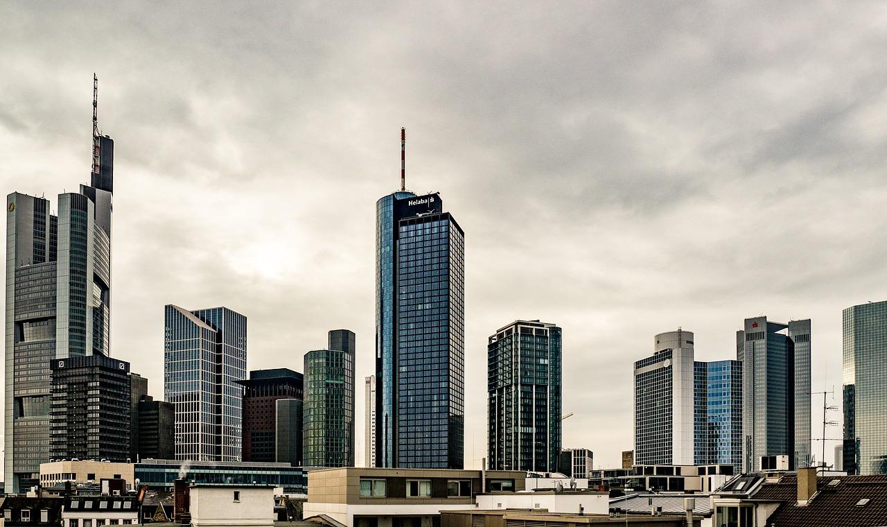 Prédios altos em cidade alemã; principais características da Alemanha: fique por dentro!
